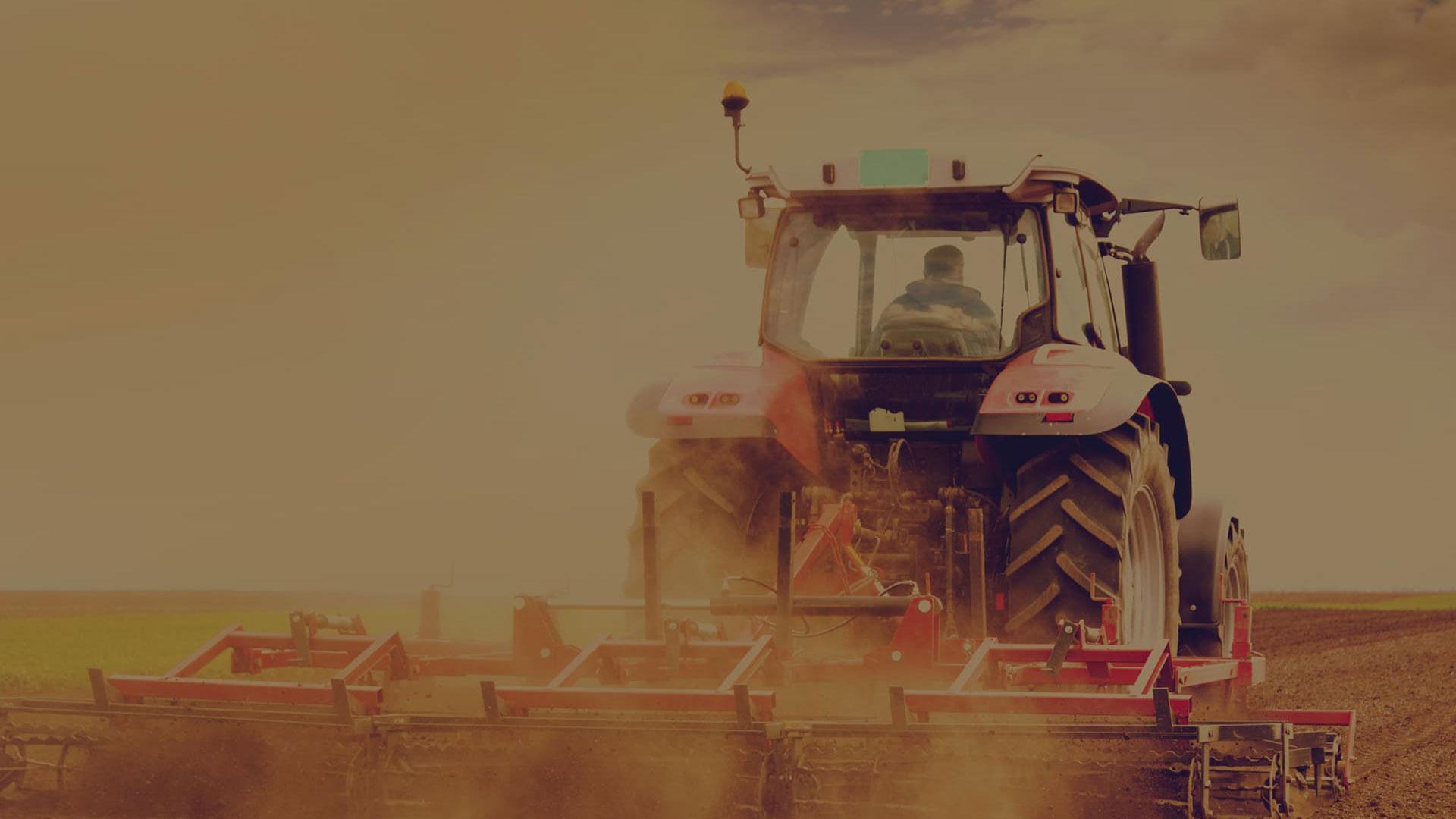 Traktor im Hintergrund